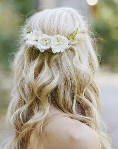 Idées de coiffure mariage : Les ondulations wavy avec demi queue sur cheveuxmi-longs