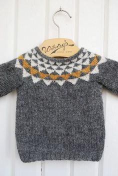 Baby Knitting Patterns Oh geez. Can you imagine how cute with baby jeans cuffed up … Knitting For Kids, Baby Knitting Patterns, Knitting Ideas, Pull Jacquard, Pull Bebe, Baby Jeans, Circular Knitting Needles, Baby Sweaters, Knitwear