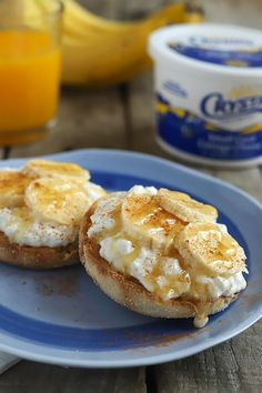 Want an easy and healthy weekday breakfast idea Grab an english muffin or cinnamon raisin bread top with creamy cottage cheese sliced bananas cinnamon and a drizzle of honey Just 1 2 cup of cottage cheese has of protein to keep you full all day English Muffin Breakfast, Queijo Cottage, Cinnamon Raisin Bread, Healthy Snacks, Healthy Recipes, Muffins, Yummy Smoothies, Health And Nutrition, Health Tips
