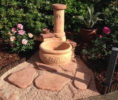 Fontana per giardino in pietra ricostruita, modello: azalea, colore: mattone. Località: Rimini.