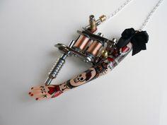 "RÉSERVÉ à Malika (2) Sautoir ""Tattoo Lady"" métal argenté et petit nœud noir"