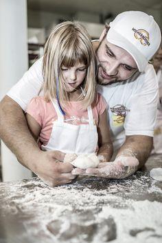 Hast Du schon einmal in eine herrlich rösche, knusprige Handsemmel gebissen? Kennst Du diesen  himmlischen Genuss? Nein??? Na, dann wird es wirklich höchste Zeit! ... hier gibt´s #Handwerkskunst auf höchstem Niveau. 😍  Der Bäck vom See! 🥨 . #wienerroither #maguat #bäckerei #brot #Gebäck #handgemacht #bäcker #geschmack #genuss #backen #backstube, #backhandwerk, #bake, #bakery, #withlove #kärnten #austria Brot, Bakken