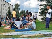 Zu Kaffee und Kuchen hatte die Kirchengemeinde am Mittwoch vor dem Flüchtlingsheim auf dem Friedberg eingeladen. Gemeinsam mit vielen anderen sagten sie den Gästen so Willkommen