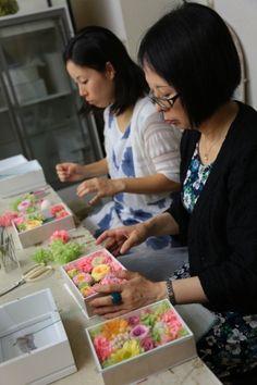 お母様と一緒にレッスンで手作りなさったブーケを手に、にっこり。そのご結婚式は、桜のころでした。階段には桜の大枝を飾りました。3月にご結婚式をなさったザ・ハ...