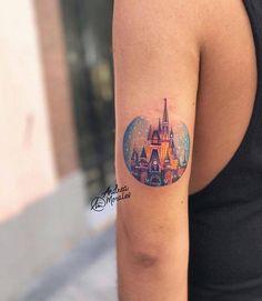 Tatuaje del castillo Disney en la parte posterior del brazo izquierdo.