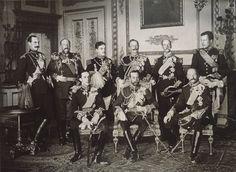 Les neufs souverains européens qui assistèrent aux funérailles d'Édouard VII du Royaume-Uni photographiés au château de Windsor le 20 mai 1910. Debout, de gauche à droite : Haakon VII de Norvège, Ferdinand Ier de Bulgarie, Manuel II de Portugal, Guillaume II d'Allemagne, Georges Ier de Grèce et Albert Ier de Belgique. Assis, de gauche à droite : Alphonse XIII d'Espagne, George V du Royaume-Uni et Frédéric VIII du Danemark.