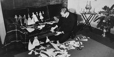 Yves Saint Laurent et ses Paper dolls, Paris, 1957.