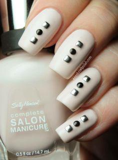 Tus uñas son un toque de glamour necesario. Esmáltalas con un tono marfil o crema y aplica pedrería especial para uñas en colores metálicos.