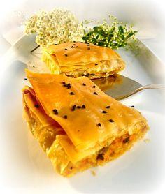 Saamiotiki pita me kolokytha Pumpkin Recipes, Fall Recipes, Sweet Recipes, Greek Pastries, Filo Pastry, Spanakopita, Brunch, Food And Drink, Vegan