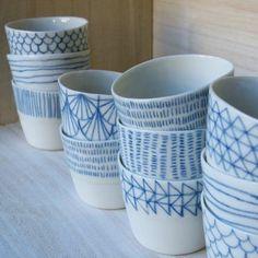 Keramik gestalten Porzellan-zu-Farbe-blaue-Linien The plant you want. Pottery Painting, Ceramic Painting, Ceramic Art, Ceramic Bowls, Ceramic Pottery, Painted Pottery, Painted Porcelain, Porcelain Pens, Painted Pots