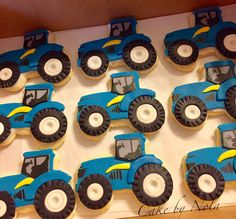 New Holland tractor cookies #cakedecorating #fondanttoppers #decoratedcookies #decoratedsugarcookies #tractorcookies #newholland #newhollandtractor