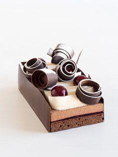 Entrez dans un monde féérique, une forêt où les saveurs sont chaudes et fruitées, la Forêt des Contes Mystérieux. #NicolasBernardé #PâtisserieDuSamedi #dessert #cake #gourmand #gourmet #teatime #Frenchpastry #chocolat #chocolate #チョコレート #cerise #cherry #Amarena #桜んぼ #vanille #vanilla #バニラ #Paris #ParisIsAlwaysAGoodIdea #French #gâteau #LaGarenne #Colombes #LaDefense #Neuilly #Courbevoie #Levallois #Instafood #goûter
