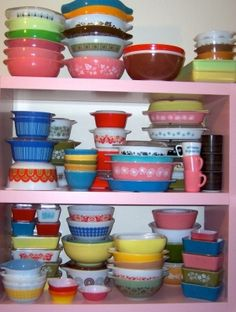Great Pyrex collection.... This mismatching of colors works perfectly!