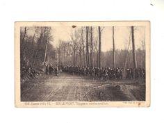 CPA - GUERRE 1914-15 - SUR LE FRONT TROUPES EN MARCHE SOUS BOIS