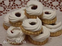 Biscoitos de Natal - biscoitos de manteiga com anéis de merengue - Weihnachtsbäckerei - Chocolate Christmas Sweets, Holiday Desserts, Christmas Baking, Fun Desserts, Christmas Cookies, Desert Recipes, Fall Recipes, Holiday Recipes, Meringue Halloween