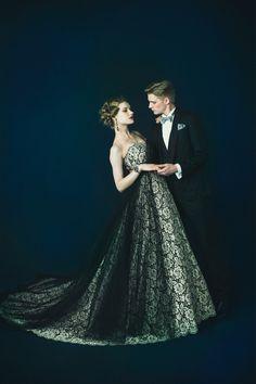 ベージュに黒糸の総レースのリッチなカラードレス。 胸元とスカートは黒いチュールでカバーをし、スタイル良く見せてくれます。 ドラマチックな花嫁姿が叶う一着です。