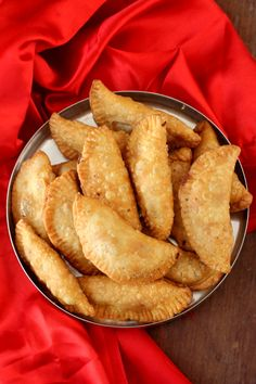 Gujiya recipe, a classic Indian sweet among Holi special dishes. Learn how to make Mawa Gujiya that has a filling of mawa, coconut, nuts, sugar & cardamom. North Indian Recipes, Indian Dessert Recipes, Indian Sweets, Sweets Recipes, Snack Recipes, Cooking Recipes, Snacks, Veg Recipes, Recipies
