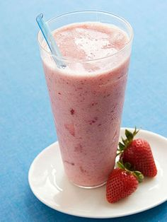 Strawberry Banana & Flax Smoothie medium banana cup frozen unsweetened strawberries 1 cups skim milk or light soy milk 2 tablespoons ground flaxseed DIRECTIONS Blend all until smooth. Low Calorie Smoothie Recipes, Healthy Smoothies, Healthy Drinks, Healthy Snacks, Healthy Fats, Smoothie Ingredients, Flaxseed Smoothie, Flaxseed Gel, Sante Bio