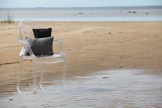 Here are pillows by Pisa Design. The gray pillow is made of old video tapes. This beach is in Kalajoki, Finland. Tässä on Pisa Designin tyynyjä. Harmaa on tehty vanhoista videonauhoista. Ranta on Kalajoella.
