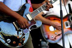Si estás intentado decidirte entre estos dos típicos instrumentos de cuerda este es tu post. En este post vamos a intentar aclararte la duda entre bajo o guitarra eléctrica.   #Bajo eléctrico #Guitarra eléctrica