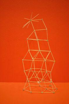 Een toren van satéprikkers en erwtjes (de erwten een hele nacht laten wellen dan zijn ze zacht genoeg om de prikkertjes in te steken).