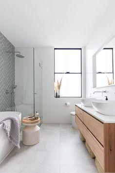 grijs, wit , hout voor een strakke warme sfeervolle badkamer