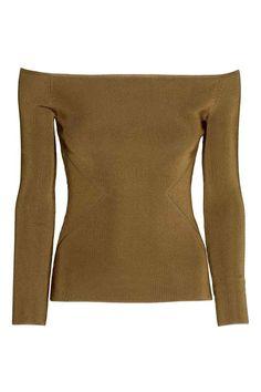 Camisola de ombros descobertos: Camisola de ombros descobertos em malha fina canelada com brilho. Modelo justo com mangas compridas.