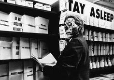 They Live (in it.: ESSI VIVONO) is a 1988 American satirical action horror film written and directed by John Carpenter. Bruce Willis, Stargate, Aliens, They Live Movie, Jason Edmiston, Meg Foster, Roddy Piper, Creative Class, Detailed Drawings