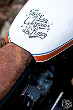 Le premier projet du garage est lancé sur une base de Honda cb 125 twin de 1980. Son propriétaire souhaitait la voir transformée vers un aspect plus «dirt track», avec un guidon haut, une carrosserie minimaliste et des pneus allure cross. La moto a donc été entièrement dépouillée pour voir son cadre allégé de tout …