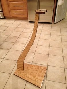 Diy Guitar Stand, Wooden Guitar Stand, Guitar Diy, Guitar Hanger, Guitar Room, Violin Stand, Woodworking Projects That Sell, Woodworking Furniture, Diy Wood Projects