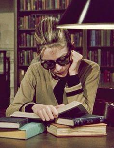 Audrey Hepburn interesadísima en su lectura