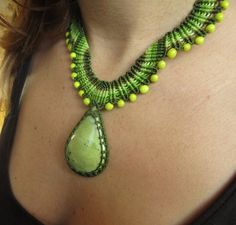 Serpentina verde collar de Macrame hecho a mano con piedra