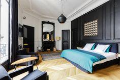 Une chambre haussmannienne avec moulures peintes en noir