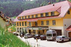 Hotel Grüner Baum is een uitstekend driesterrenhotel in het Zwarte Woud, met 22 kamers. Hotel Grüner Baum is gelegen langs de bergpas van de Notschrei naar Todtnau, op een hoogte van 960 meter en op 12 km van de Feldberg. Het hotel ligt ideaal voor excursies naar Straatsburg, Basel en Freiburg. In de omgeving vind je bekende meren als de Titisee, de Mummelsee en de Schluchsee. Leuk te doen met kinderen is de kinderwandelroute Todtnau, een 2,7 km lange 'toverweg'.  Officiële categorie ***