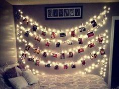 Lembra das luzinhas de Natal? ? s? pendur?-las na parede e prender as fotos com prendedores de roupa! ??
