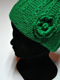 Gorro de lana en color verde con detalle de flor lateral http://www.chanchelcomplementos.com/en/shopping/categoria-gorros/gorro-verde-detail.html