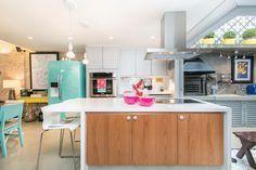 Ampla e aconchegante. Veja: https://casadevalentina.com.br/projetos/detalhes/reforma-sem-medo-476 #decor #decoracao #interior #design #casa #home #house #idea #ideia #detalhes #details #cozy #aconchego #casadevalentina #blue #azul #cor #color #kitchen #cozinha