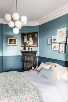 Two tone Room Paint Elegant are We Ready for the Return Of Two tone Walls Blue Bedroom Walls, Blue Rooms, Bedroom Colors, Home Decor Bedroom, Modern Bedroom, Bedroom Vintage, Blue Walls, Vintage Decor, Master Bedrooms