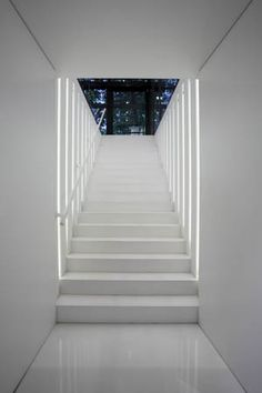 Bed Room Photos: White entrance and suble lighting design (photo Arne Jennard) _