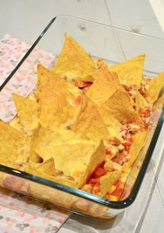 This is an example of bad food photography - the nachos look like its not a finished product - whats UNDER THE NACHOS? Snacks Für Party, Easy Snacks, Easy Meals, Tapas, I Love Food, Good Food, Yummy Food, Mexican Food Recipes, Snack Recipes
