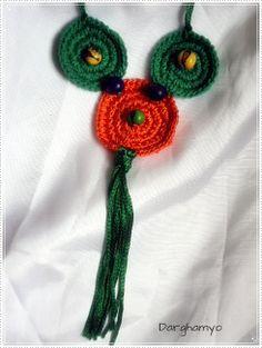 Collar #tejido en #crochet con hilo macramé e hilo de seda vegetal, con flecos y cordón de seda natural de cinta plana y aplicaciones de semillas centroamericanas. #ganchillo #jewelry