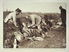 WW1. Soldiers butchering dead horses after a bombardment on the Western Front. Grande Guerre chevaux morts - ©Maxppp.