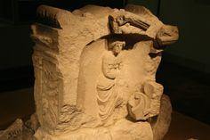 Zeeuws Museum. Votiefsteen van de godin Nehalennia, gevonden bij Domburg op 5 januari 1647. Foto: G.J. Koppenaal 28/3/2009