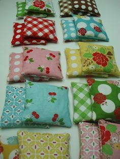 Hot/Cold Bags Tutorial by beeinmybonnnetco: Filled with rice to microwave or store in the freezer, these are especially cute in pairs!    DIY