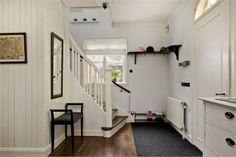 Trävägg och målad trappa