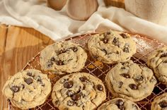 Browned butter Chocolate chip cookies are caramel flavored and remain soft and chewy in your cookie jar Classic Peanut Butter Cookie Recipe, Peanut Butter Recipes, Chip Cookie Recipe, Toffee Cookies, Butter Chocolate Chip Cookies, Chocolate Toffee, Classic Cake, Angel Food Cake, Homemade Cookies