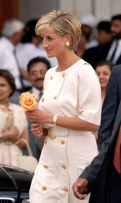 Diana, The Princess Of Wales Visits The Shri Swaminarayan Mandir. News Photo - Getty Images Diana, The Princess Of Wales Visits The Shri Swaminarayan Mandir Mission In Neasden, London. Royal Princess, Princess Of Wales, Diana Haircut, Short Hair Cuts, Short Hair Styles, Princess Diana Pictures, Diana Fashion, Princes Diana, Lady Diana Spencer