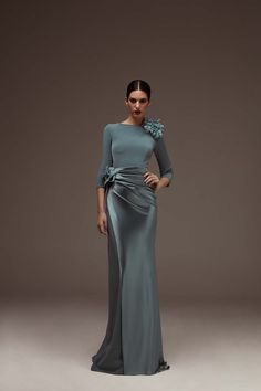 Dress in shiny and matt triacetate with a boat neckline and French sleeves. Evening Dresses, Formal Dresses, Glamour, Bridesmaid Dresses, Wedding Dresses, Bride Dresses, Bridesmaids, Single Women, Quinceanera Dresses
