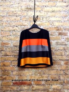 Blusa trapezio in lana rasata. Effetto di grande raffinatezza estetica.