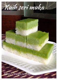 INTRODUCTION If you asked me whether it is easy to prepare this traditional steamed glutinous rice cake 20 years ago, I can tell you it is laborious. In fact you need patience to soak the glutinous… Malaysian Dessert, Malaysian Food, Steamed Rice Cake, Rice Cakes, Asian Snacks, Asian Desserts, Chinese Desserts, Asian Recipes, Thai Dessert